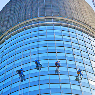 Umývanie okien na Millennium tower
