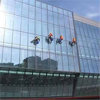 Postavebné umývanie okien na Zimnom štadióne O. N.